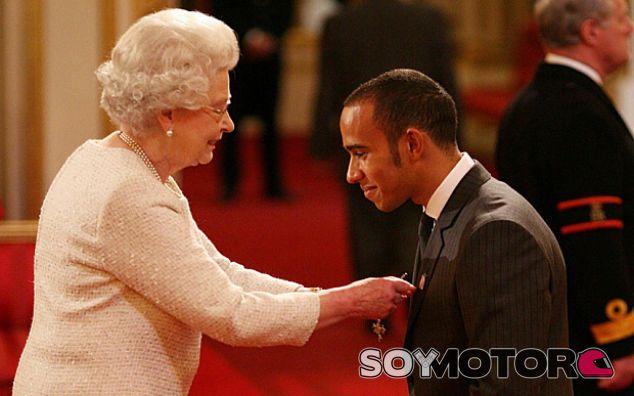 La reina de Inglaterra y Lewis Hamilton - LaF1