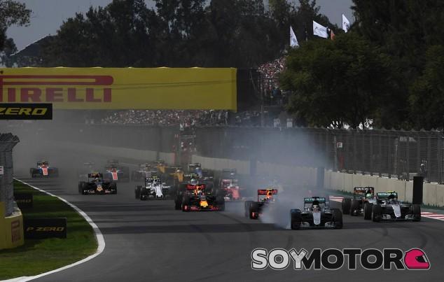 Lewis Hamilton bloquea frenos en la primera curva del GP de México - LaF1