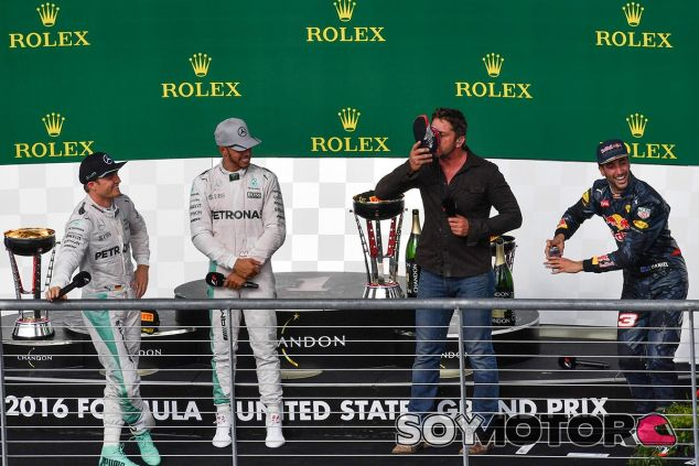 Hamilton observa mientras el actor Gerard Butler se suma a la celebración de Ricciardo - SoyMotor
