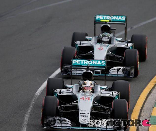Lewis Hamilton por delante de Nico Rosberg en Australia - LaF1