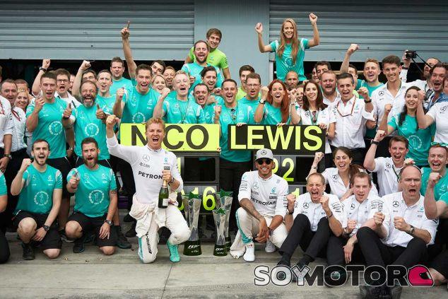 Nico Rosberg y Lewis Hamilton festejan su doblete en Italia - LaF1