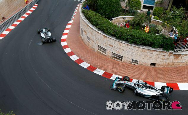 Lewis Hamilton y Nico Rosberg durante el pasado Gran Premio de Mónaco - LaF1