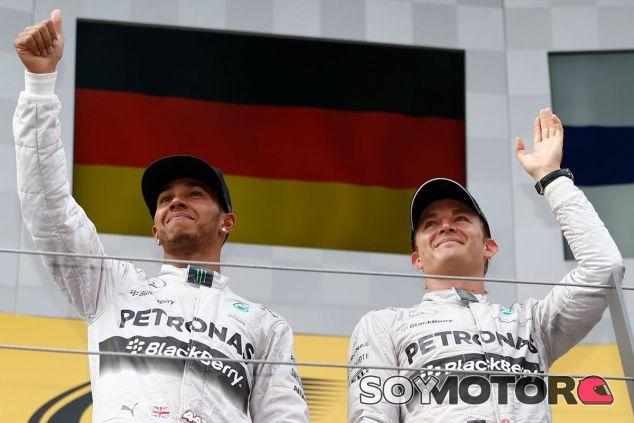 Nico Rosberg y Lewis Hamilton en el podio de Austria - LaF1