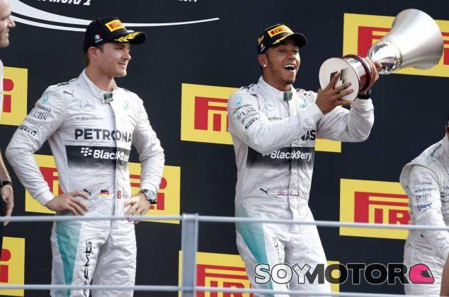 Nico Rosberg y Lewis Hamilton en el podio de Italia - LaF1