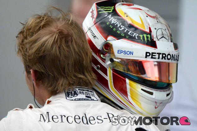 Lewis Hamilton abraza a Nico Rosberg tras el GP de Austria - LaF1