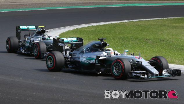 Hamilton y Rosberg durante un Gran Premio esta temporada - LaF1