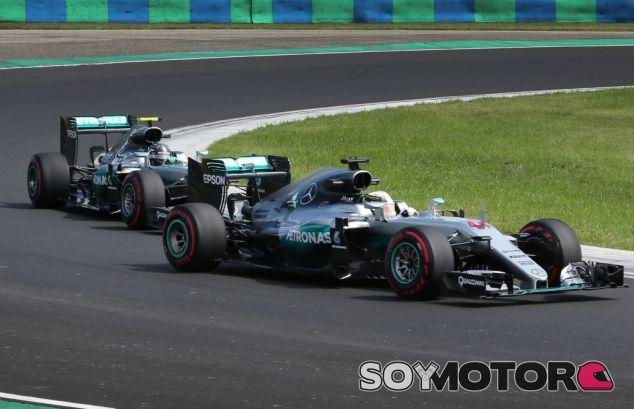 Hamilton y Rosberg durante un GP esta temporada - SoyMotor
