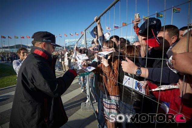 Lewis Hamilton firma autógrafos hoy en Rusia - LaF1
