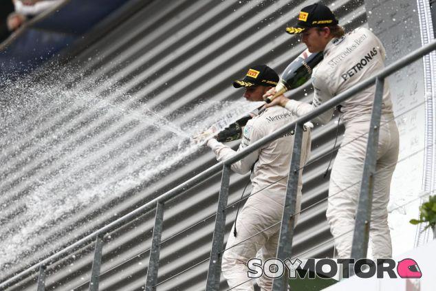 Hamilton y Rosberg se empujan el uno al otro constantemente - LaF1