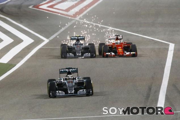 Uno de los momentos del GP de Baréin fue este ajustado adelantamiento de Rosberg a Vettel con Hamilton saliendo del pit lane - LaF1