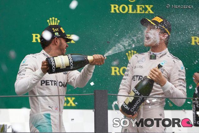Lewis Hamilton y Nico Rosberg en el podio de Brasil - LaF1