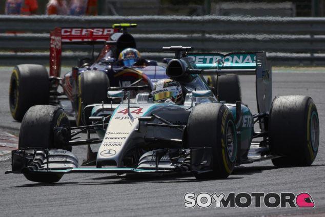 Lewis Hamilton rodando por delante de Carlos Sainz en Hungría tras la salida - LaF1