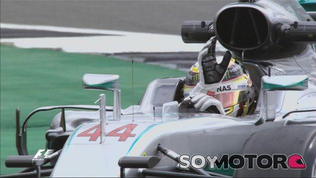 Lewis Hamilton saluda al público de Silverstone - LaF1