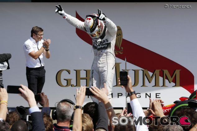 Lewis Hamilton celebrando su victoria en Silverstone - LaF1