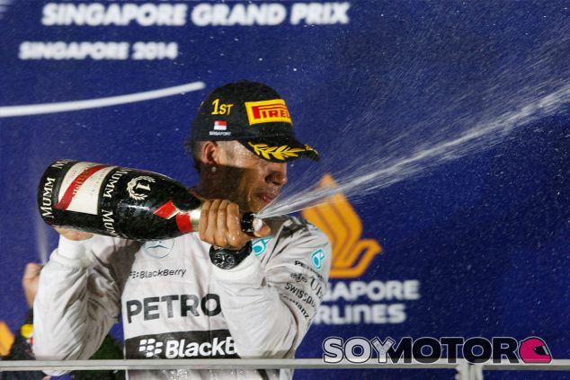Lewis Hamilton en el podio de Singapur - LaF1