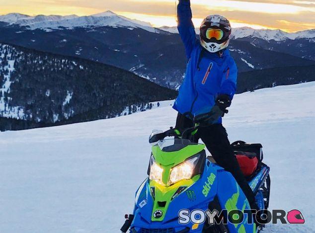 Hamilton subido a una moto de nieve durante sus vacaciones - SoyMotor
