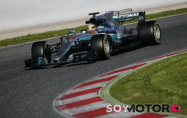 Hamilton, con problemas en el suelo del W08 durante la mañana - SoyMotor