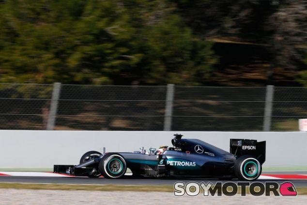Lewis Hamilton cree que será más complicado gestionar las carreras sin la ayuda de la radio - LaF1