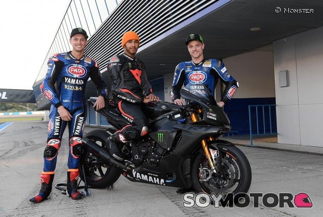 Lewis Hamilton con los pilotos del Pata Yamaha, con quienes compartió pista - SoyMotor