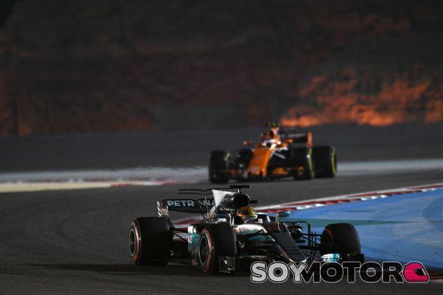 Hamilton con superblandos y Vandoorne al fondo, con gomas blandas en Baréin - SoyMotor