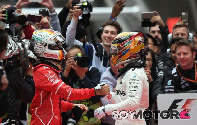 Vettel y Hamilton después de acabar la carrera en el GP de China - SoyMotor