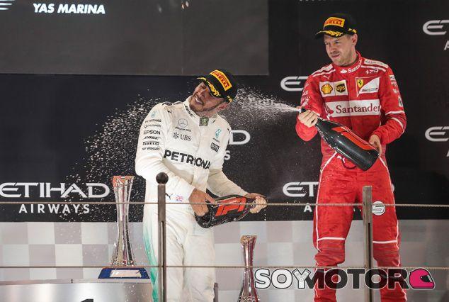 Lewis Hamilton y Sebastian Vettel en Yas Marina - SoyMotor.com