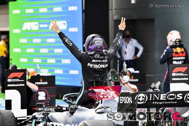 Hamilton 'caza' a Verstappen y gana el GP de España - SoyMotor.com