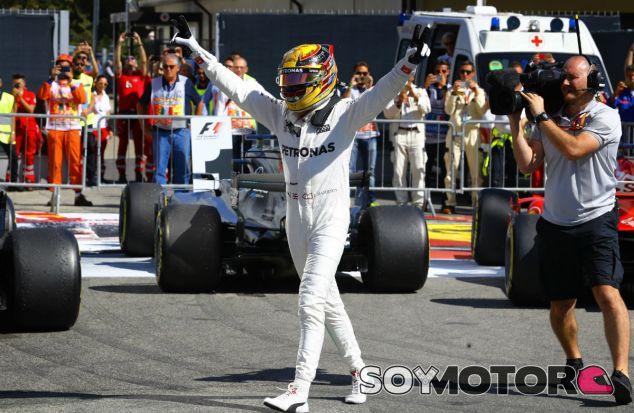 Hamilton celebra la victoria en Monza - SoyMotor.com