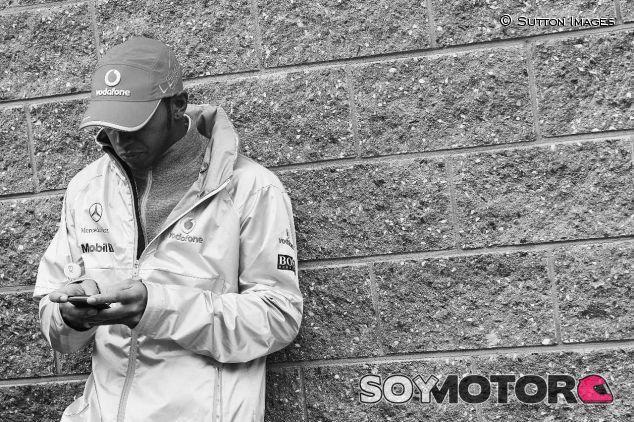 Lewis Hamilton, con su teléfono móvil en Corea 2010 – SoyMotor.com