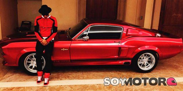 Hamilton amplía su garaje con un espectacular Mustang GT500CR  - SoyMotor