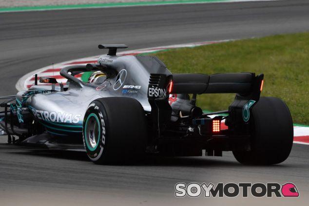 Lewis Hamilton prueba las nuevas luces traseras de Mercedes – SoyMotor.com