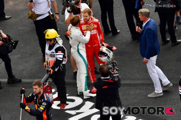Momento de las felicitaciones de Sebastian Vettel a Lewis Hamilton –SoyMotor.com