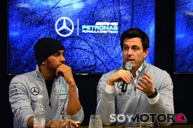 Lewis Hamilton (izq.) junto a Toto Wolff (der.) – SoyMotor.com