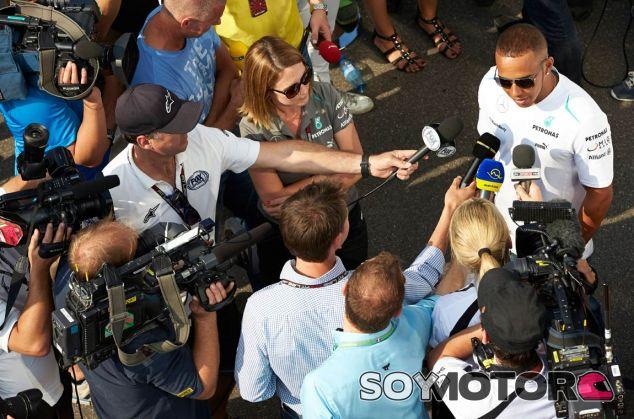 Lewis Hamilton atiende a los medios en Monza