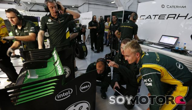 Heikki Kovalainen en el box de Caterham durante el GP de España