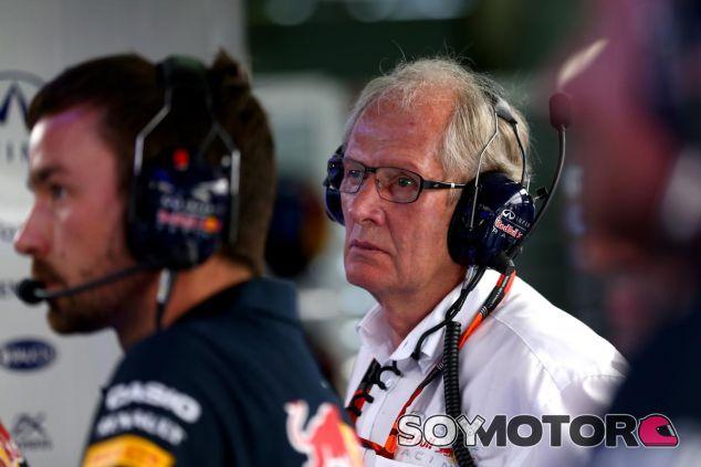 Helmut Marko charla en el box de Red Bull en Sepang - LaF1.es