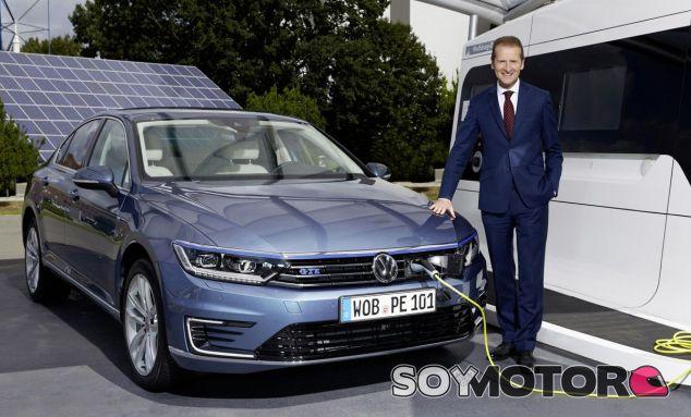 Herber Diess posa con un Volkswagen Passat GTE - SoyMotor