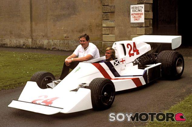James Hunt al volante del Hesketh 308, con Lord Hesketh a su lado - LaF1