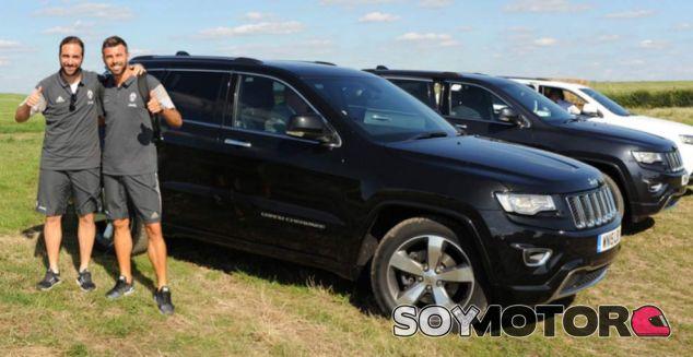 Gonzalo Higuaín posa con Andrea Barzagli junto al Jeep Grand Cherokee - SoyMotor