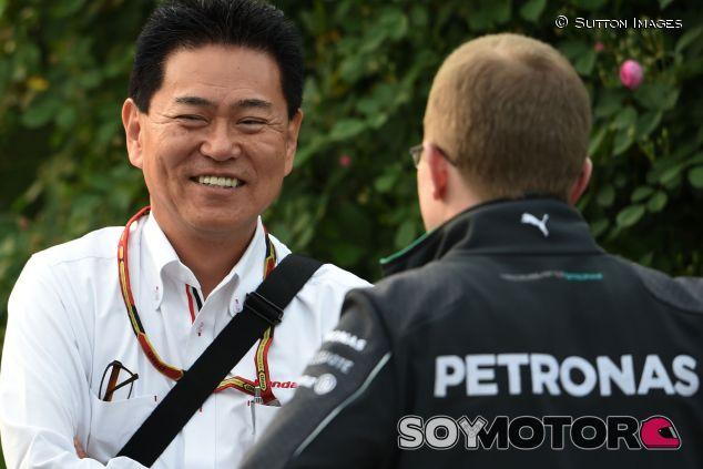 Yasuhisa Arai, director de Honda Motorsport, conversa con Andy Cowell, de Mercedes - LaF1