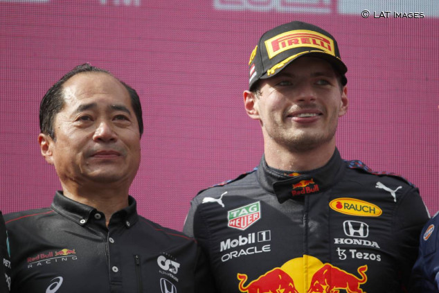 Toyoharu Tanabe y Max Vertappen en el podio del GP de Austria F1 2021 - SoyMotor.com