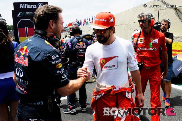 Christian Horner y Fernando Alonso en Interlagos en 2014 - SoyMotor.com