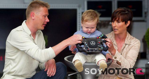 Mika y Hugo Häkkinen en una imagen de archivo de 2002 - LaF1