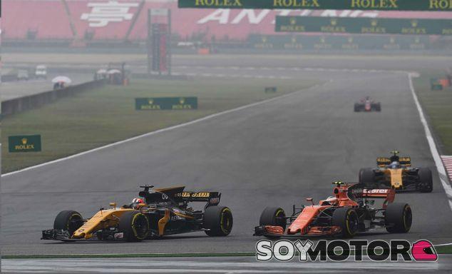 Los dos Renault luchando con Vandoorne - SoyMotor.com