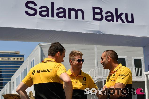 Nico Hülkenberg y Cyril Abiteboul en Bakú –SoyMotor.com