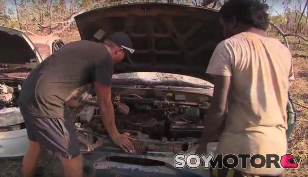 El cineasta con Joseph Smith con el Hyundai y un aborigen australiano - SoyMotor.com