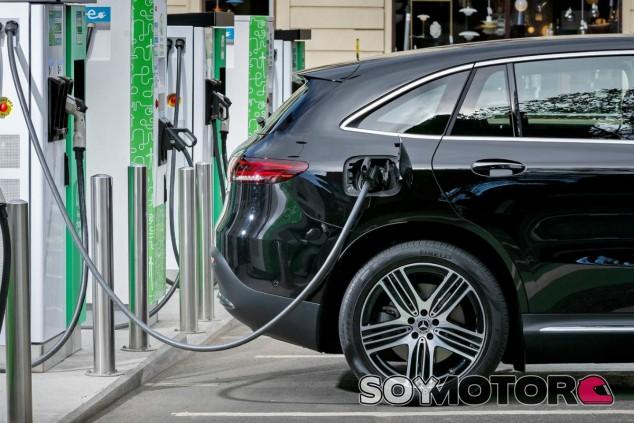 Iberdrola instalará puntos de recarga eléctrica en las gasolineras Ballenoil - SoyMotor.com