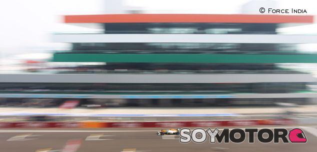 Force India VJM05 en la recta principal de India