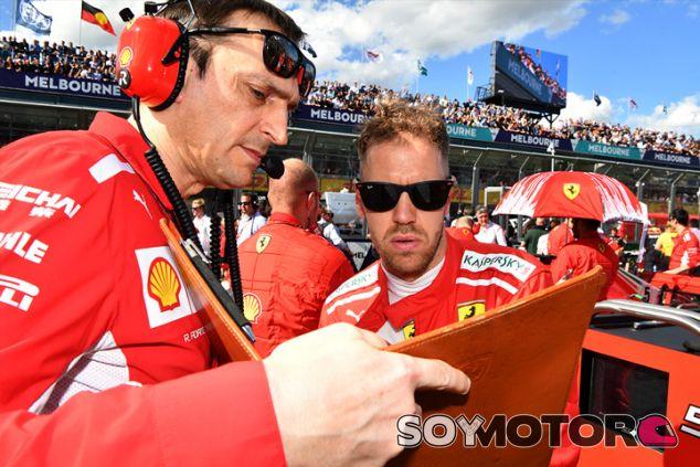Riccardo Adami y Sebastian Vettel repasan la estrategia antes de la carrera de Australia - SoyMotor.com