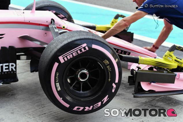 Neumático hiperblando en un Force India durante los tests de Abu Dabi - SoyMotor.com
